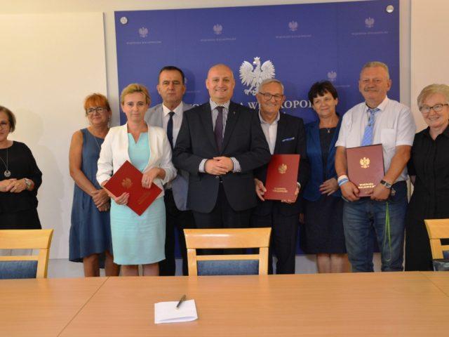 Podpisano pierwsze umowy na dofinansowanie przewozów autobusowych w Wielkopolsce