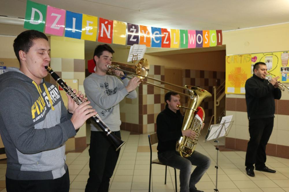 Orkiestra zawitała do szkół