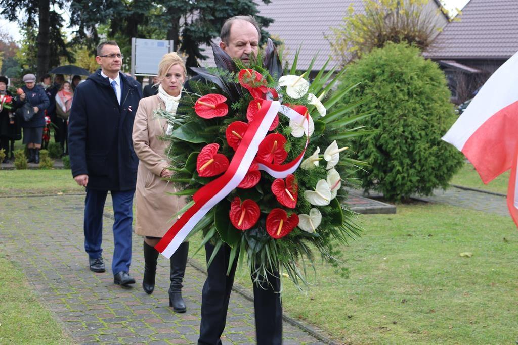 Uroczysty Apel Poległych z udziałem delegacji oraz złożenie kwiatów pod Pomnikiem Zwycięstwa